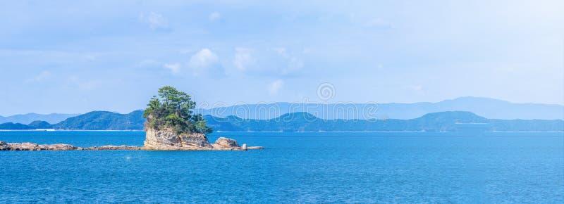 Molte piccole isole sopra l'oceano blu nel giorno soleggiato, isole famose Kujukushima99 imperlano l'isolotto della località di s immagini stock libere da diritti
