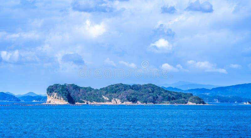Molte piccole isole sopra l'oceano blu nel giorno soleggiato, isole famose Kujukushima99 imperlano l'isolotto della località di s fotografia stock libera da diritti