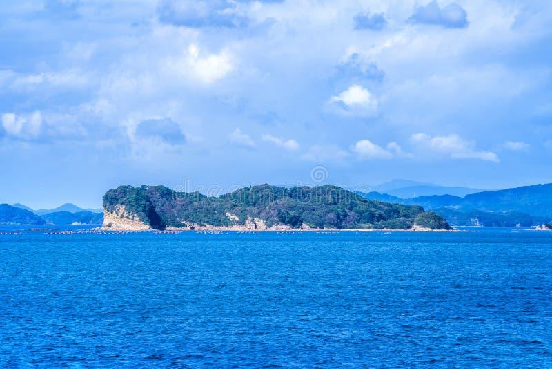 Molte piccole isole sopra l'oceano blu nel giorno soleggiato, isole famose Kujukushima99 imperlano l'isolotto della località di s immagini stock