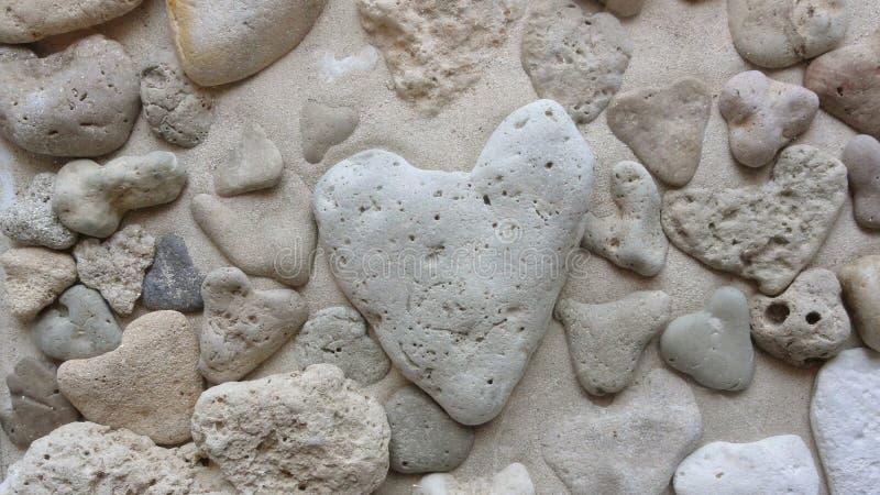 Molte pietre del cuore sulla spiaggia fotografia stock libera da diritti