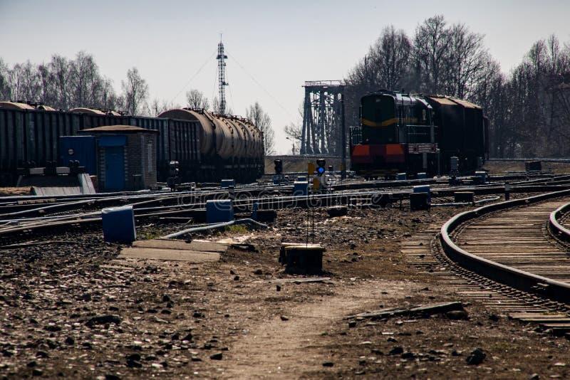 Molte rotaie della ferrovia vicino alla stazione ed al cielo blu immagini stock