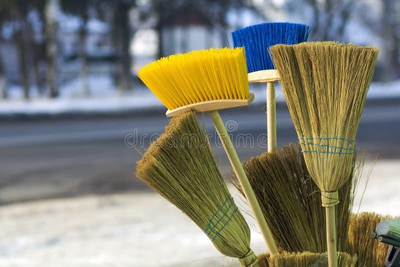 Molte scope e spazzole di pavimento differenti da vendere fotografie stock libere da diritti