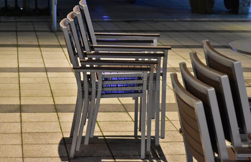 Molte sedie che sono state accatastate su immagine stock libera da diritti