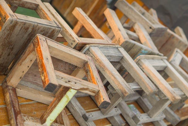 Molte sedie di legno sono allineate fotografia stock libera da diritti