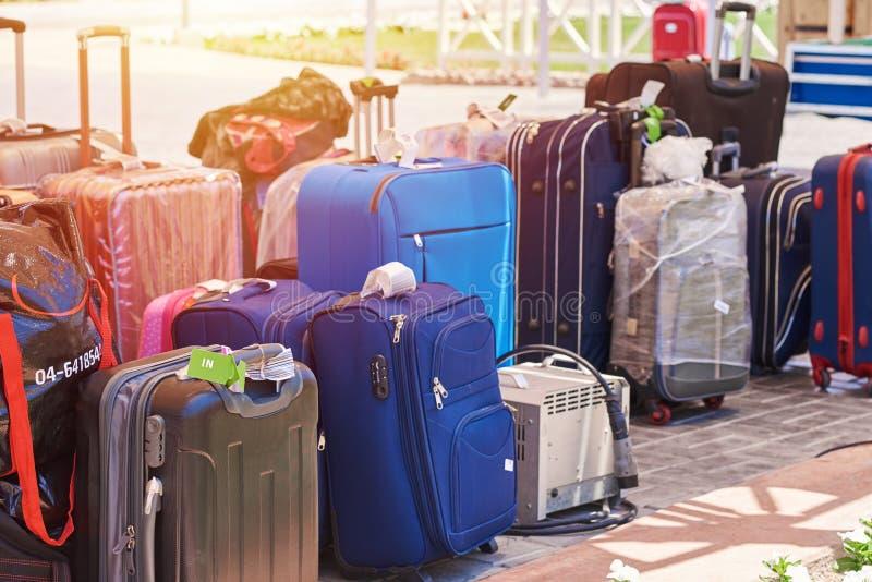 Molte valigie differenti in un caricamento aspettante dell'hotel fotografia stock