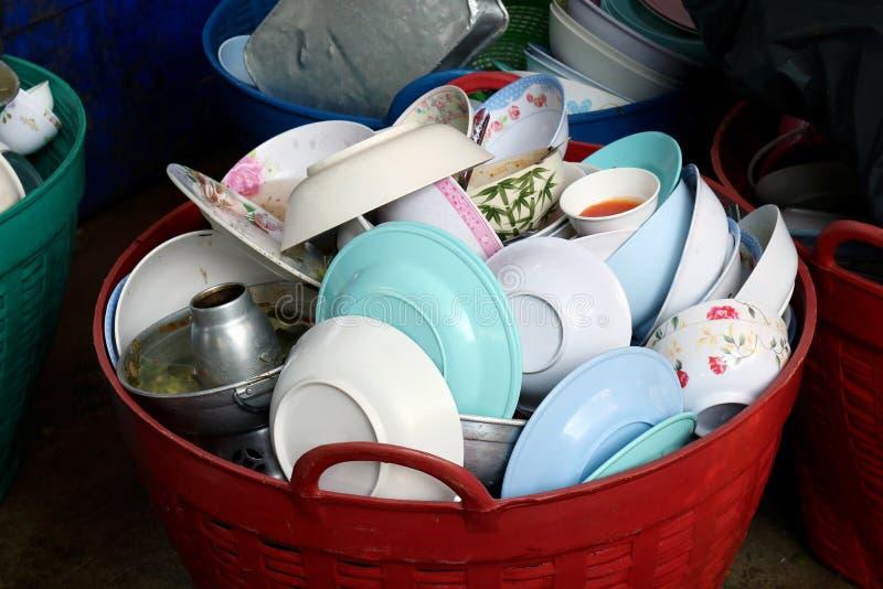 Molti accatastano il piatto sporco, piatto del mucchio di alimento sono piatto vuoto e sporco sporco della merce nel carrello res fotografie stock
