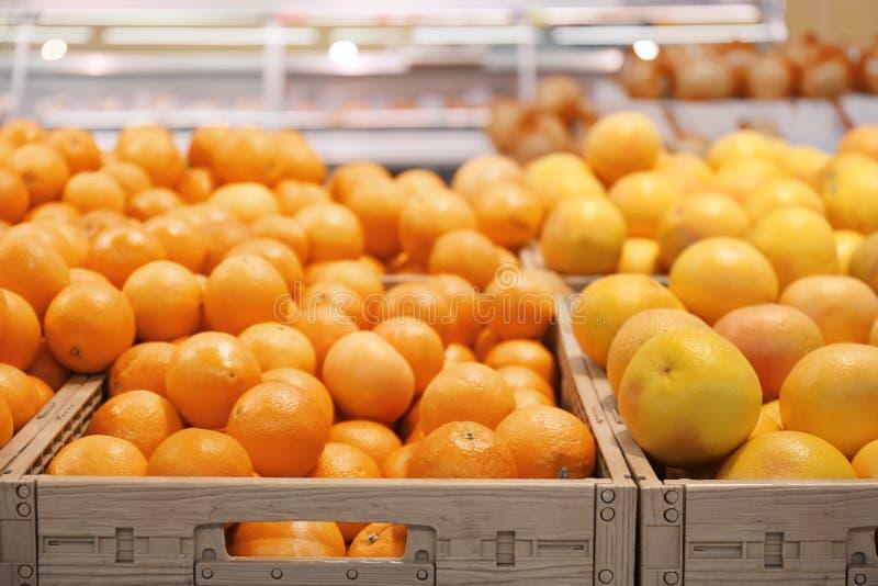 Molti agrumi maturi in gabbie di plastica sul contatore del mercato immagine stock libera da diritti
