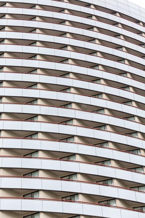 Molti balconi sull'hotel di vetro curvo fotografia stock libera da diritti