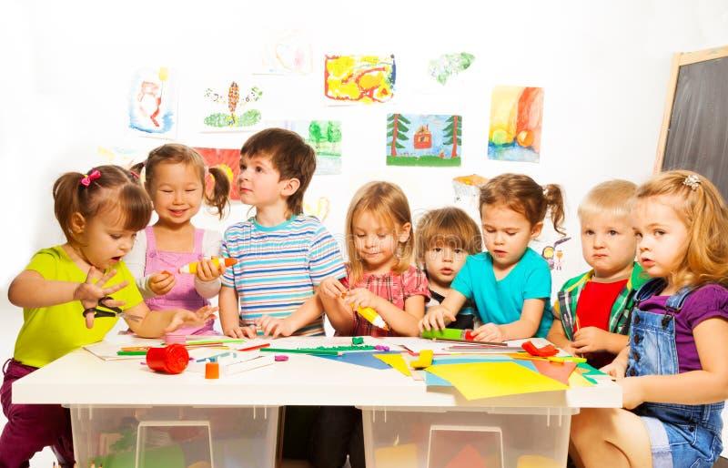 Molti bambini che disegnano e che incollano fotografia stock libera da diritti