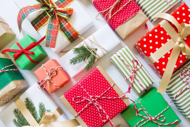 Molti bei regali differenti per natale Colo verde e rosso fotografie stock libere da diritti