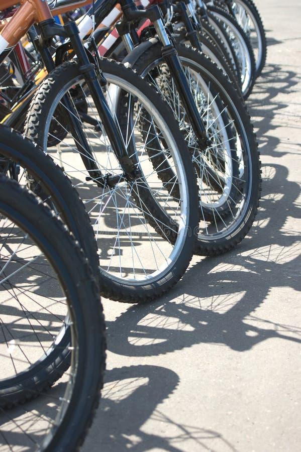 Molti bike il primo piano delle rotelle fotografie stock libere da diritti