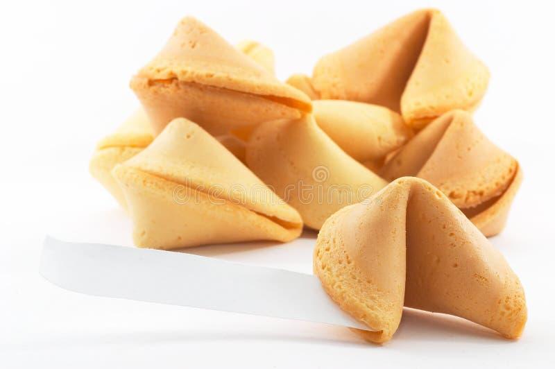 Molti biscotti di fortuna cinesi impilati in su immagine stock