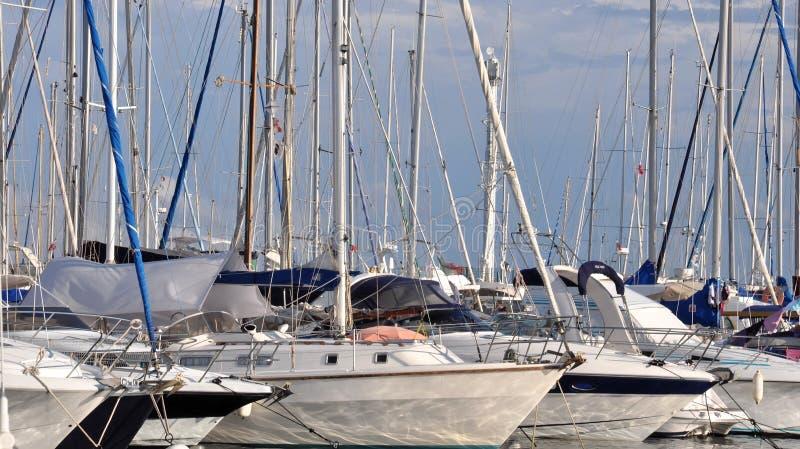 Molti boaters di piacere delle barche a vela fotografie stock libere da diritti