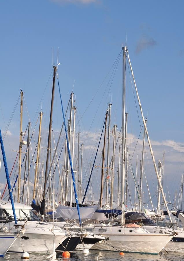 Molti boaters di piacere delle barche a vela immagine stock