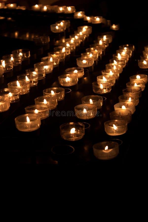 Molti candele brucianti immagine stock