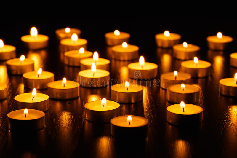 Molti candele brucianti fotografie stock