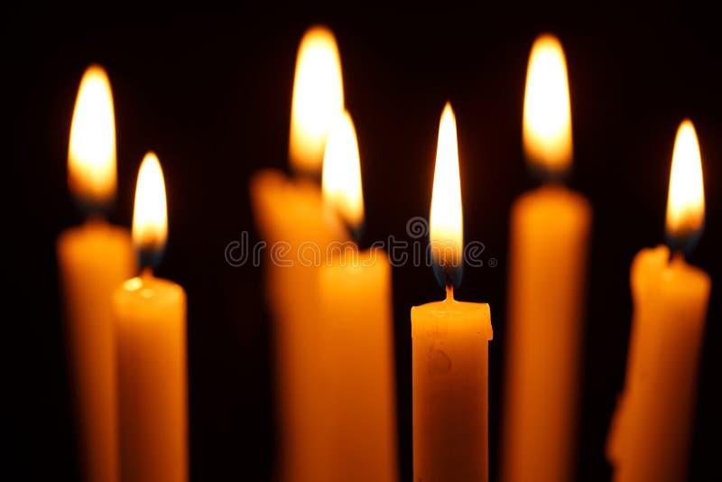 Molti candele brucianti immagini stock