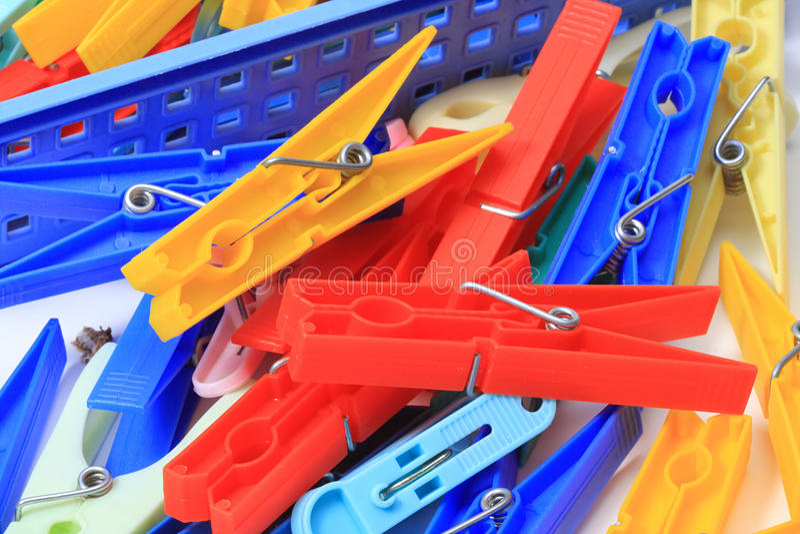 Molti clothespins immagini stock