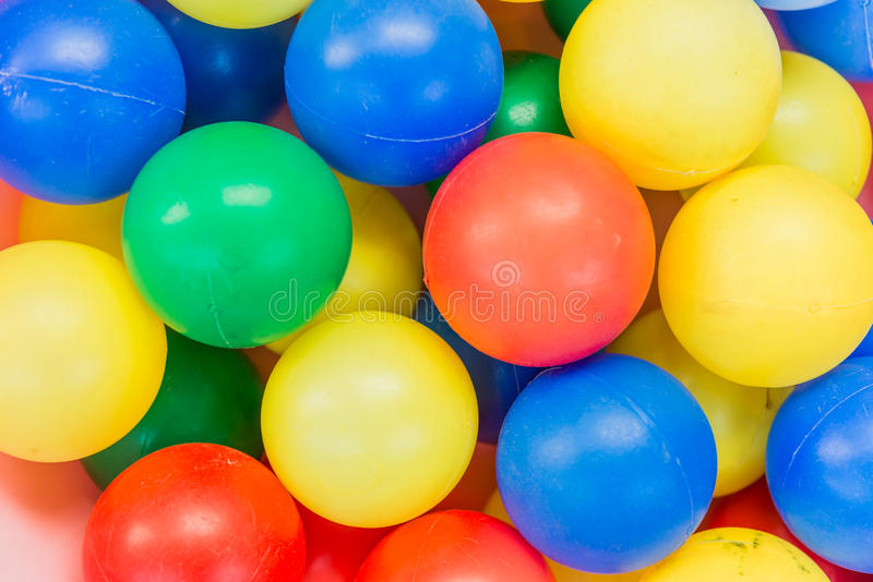 Molti colorano le palle di plastica immagini stock libere da diritti