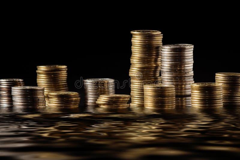 Molti coloumns dei soldi immagini stock