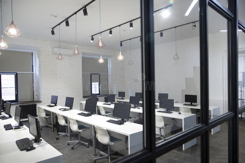 Molti computer nel centro di calcolo, aula immagine stock libera da diritti