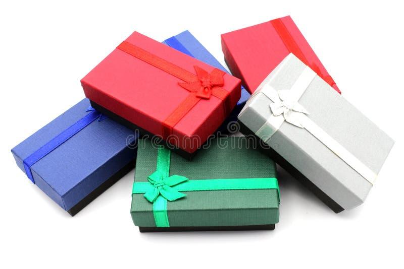Molti contenitori di regalo isolati su fondo bianco fotografia stock libera da diritti