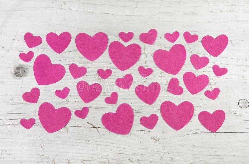 Molti cuori rosa su fondo bianco elegante misero di legno per valle immagine stock
