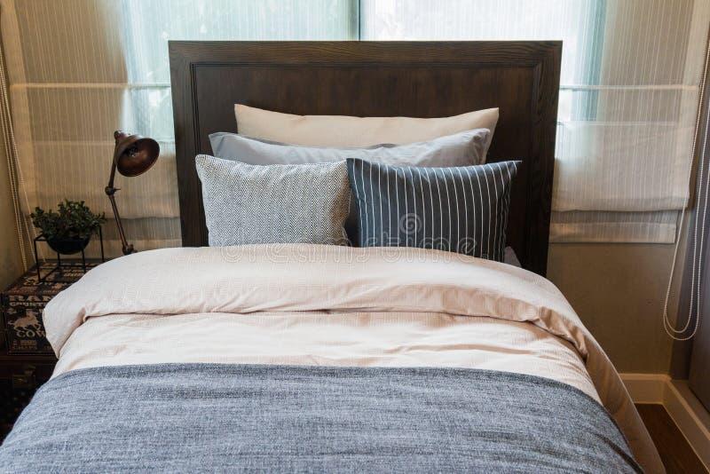Molti cuscini sul letto e sulle lampade della testata del letto immagine stock immagine di - Testata del letto imbottita ...