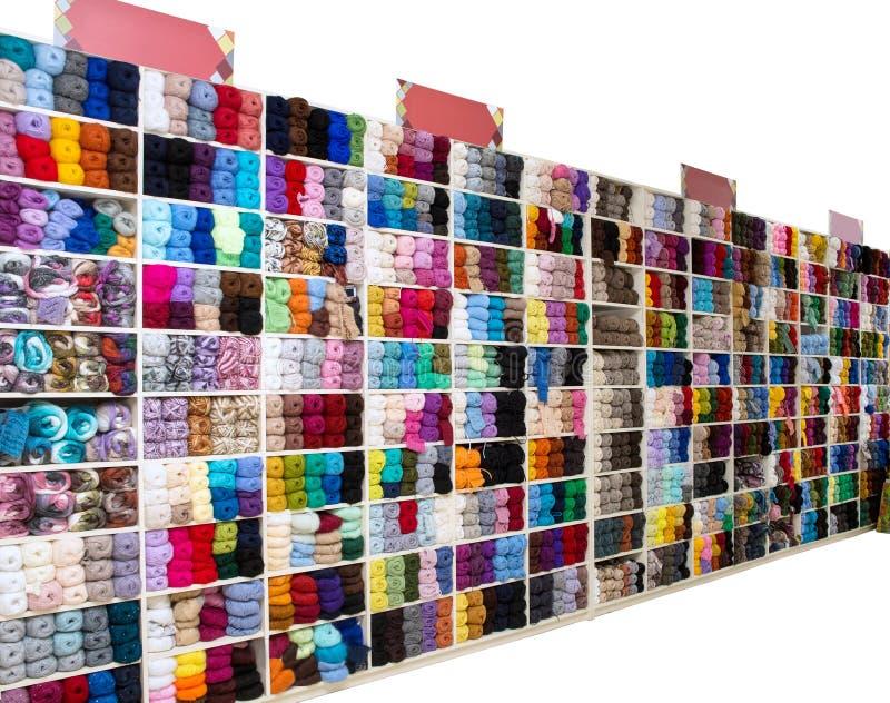 Molti di fili colorati multi per tricottare, isolati immagine stock libera da diritti