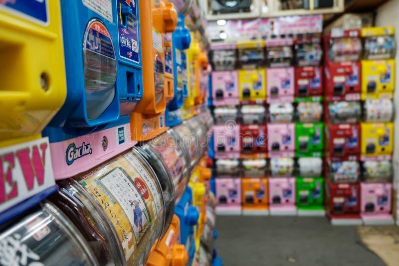 Molti distributori automatici del giocattolo di Gashapon sul deposito del distretto di Akihabara fotografia stock libera da diritti