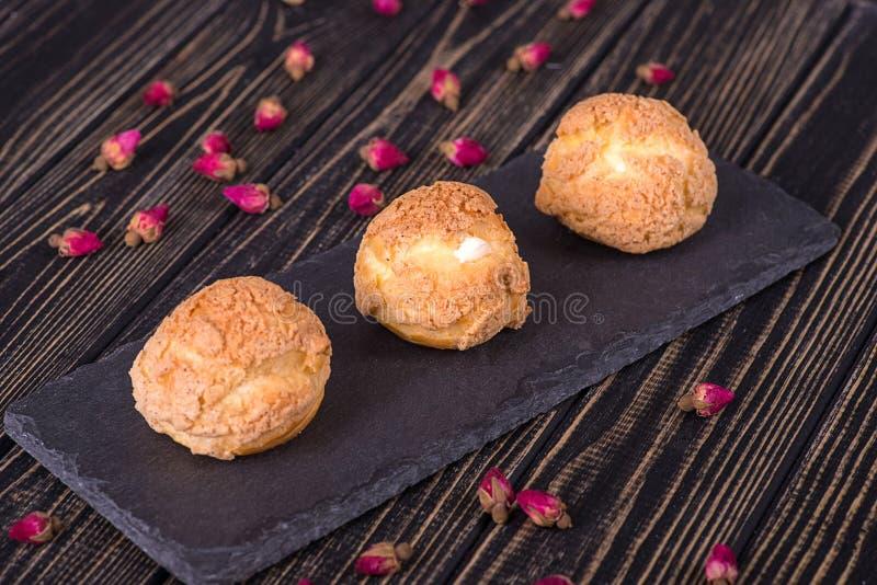 Molti dolci saporiti di Shue dalla pasta della crema con il riempimento crema fotografia stock libera da diritti
