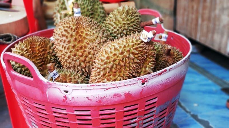Molti durians in grande canestro rosso immagine stock