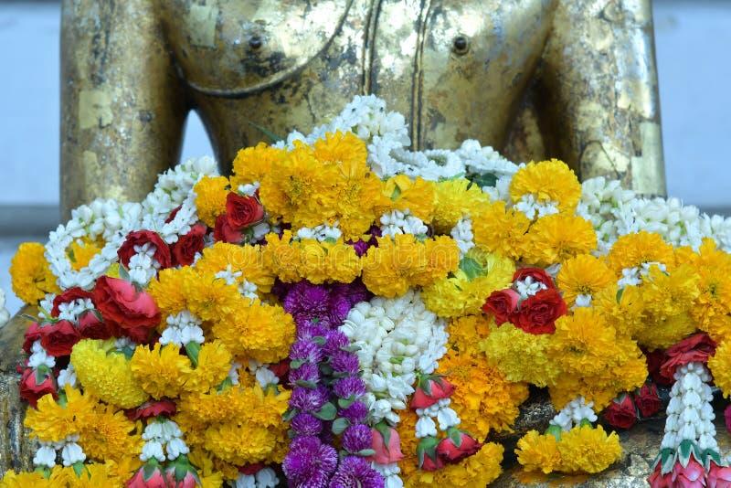 Molti fiori davanti al budha fotografie stock