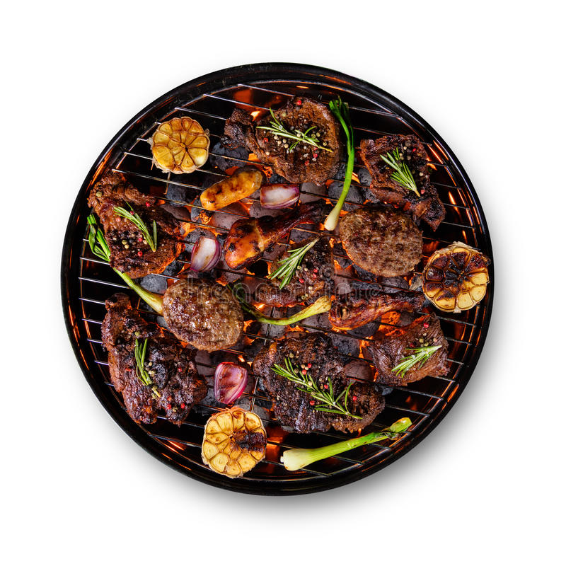 Molti generi di carne disposti sulla griglia, isolata su fondo bianco fotografia stock libera da diritti