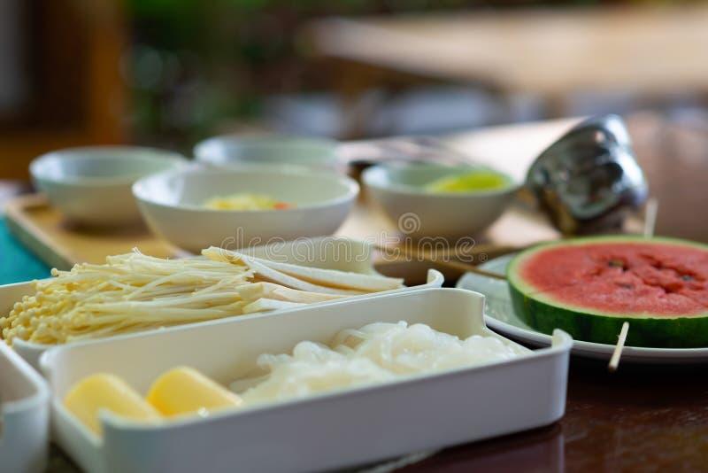 Molti generi di funghi su un vassoio di plastica bianco in un insieme giapponese di Shabu immagini stock libere da diritti