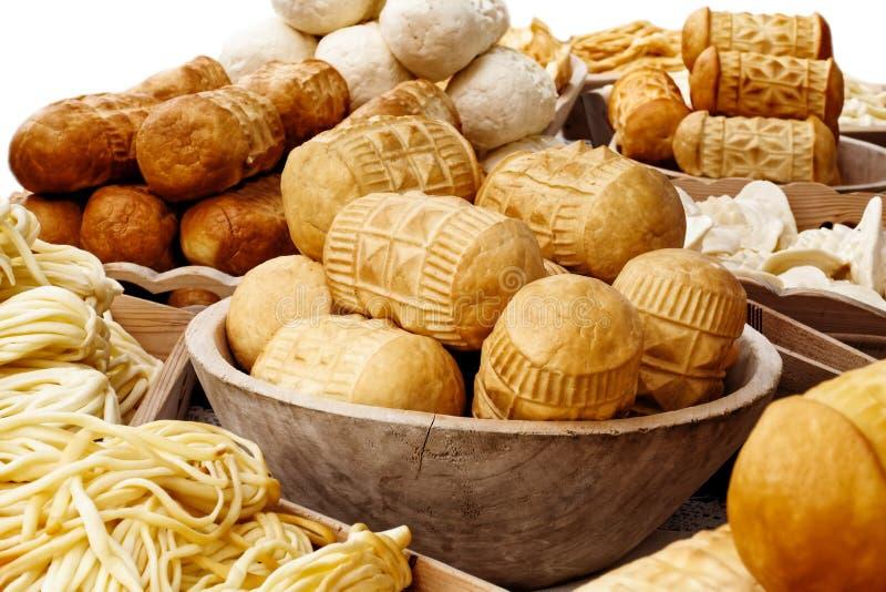Molti generi di oscypek hanno fumato il formaggio accanto al formaggio del korbacik su w immagini stock