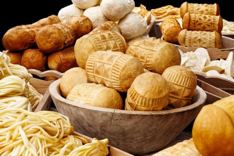 Molti generi di oscypek hanno fumato il formaggio accanto al formaggio del korbacik sulla b fotografia stock libera da diritti