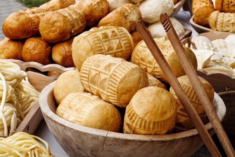 Molti generi di oscypek hanno fumato il formaggio al mercato immagine stock