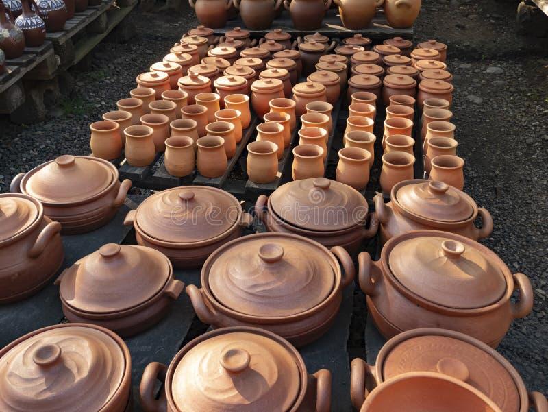 Molti giugelli di terracotta per il vino vengono venduti Georgia immagini stock libere da diritti