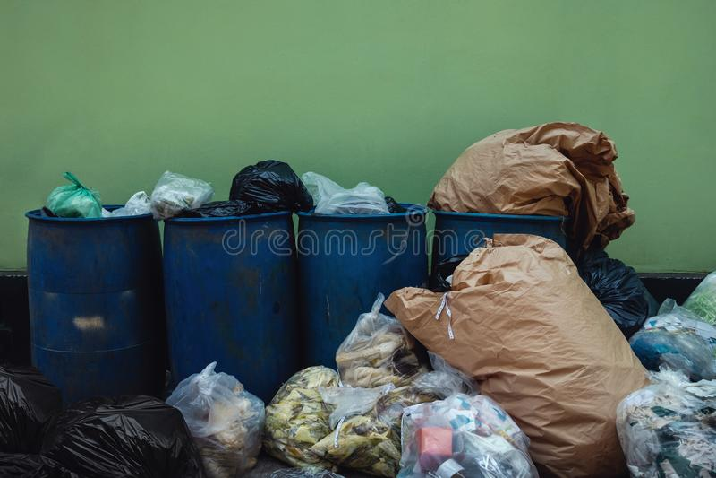 Molti immondizie e againt completo dei rifiuti la parete Problema di inquinamento da comportamento di separazione non residuo fotografia stock