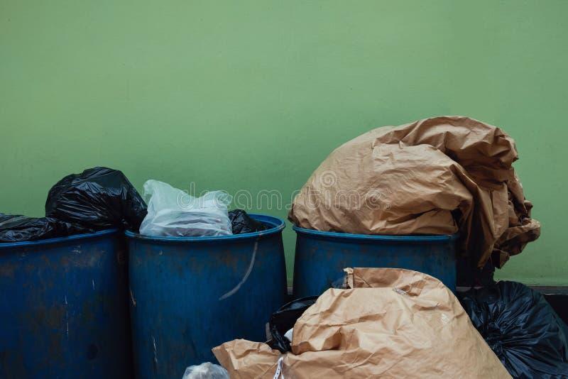 Molti immondizie e againt completo dei rifiuti la parete Problema di inquinamento da comportamento di separazione non residuo immagine stock libera da diritti
