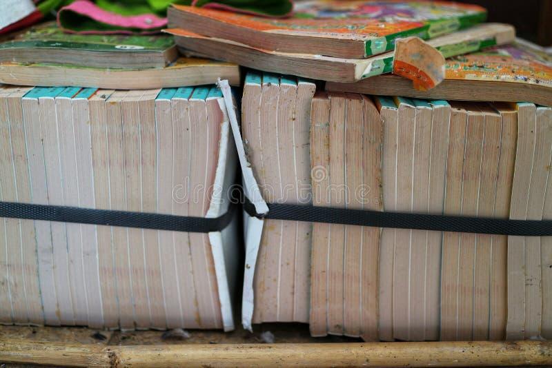 Molti libri sono organizzati in aule scolastiche, idee educative immagini stock