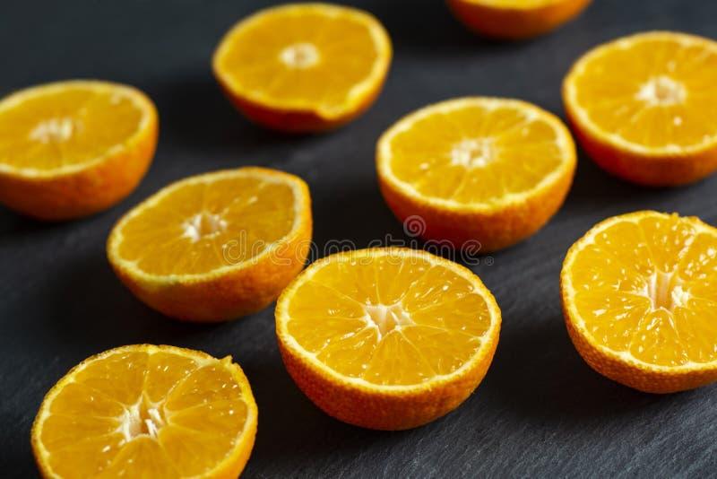 Molti mandarini affettati fotografia stock