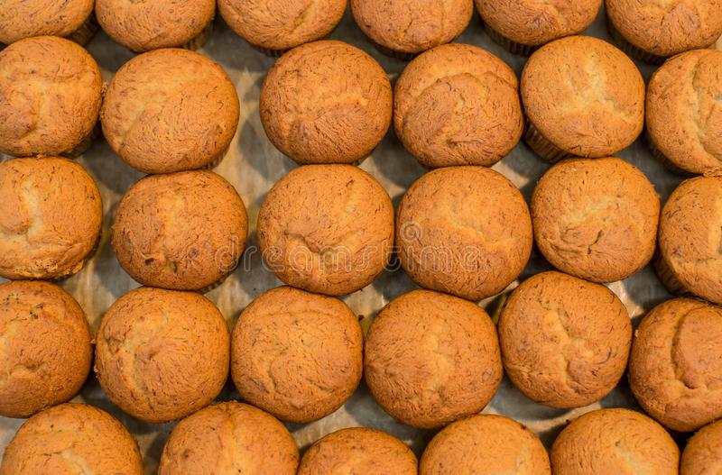 Molti muffin della banana Pila di muffin della banana su un primo piano della banda nera Casalinghi deliziosi del bign? della ban fotografia stock libera da diritti