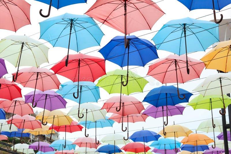 Molti ombrelli multicolori aperti fotografie stock
