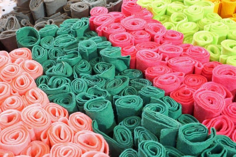 molti rotoli del pannolenci colorato da vendere fotografia stock