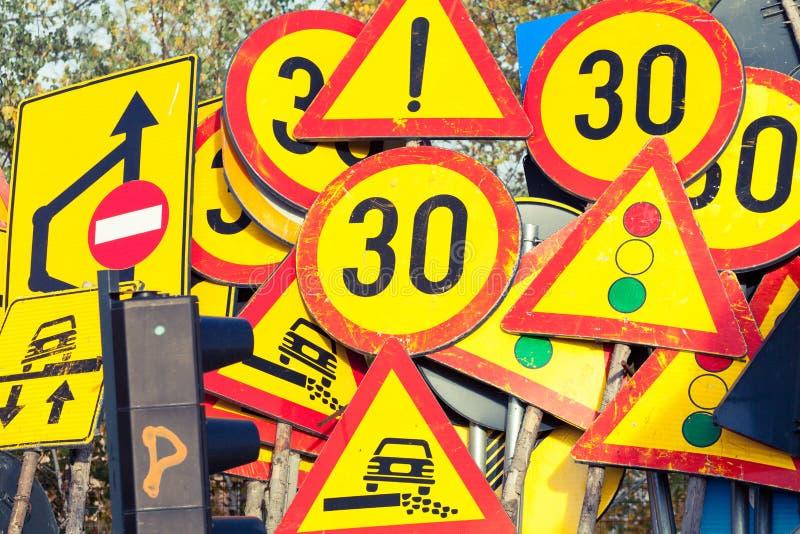 Molti segnali stradali industriali impilati insieme immagini stock