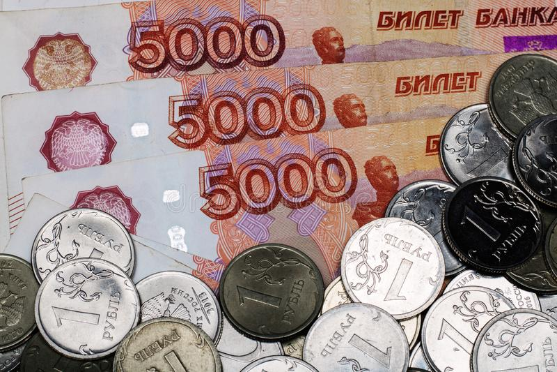 Molti soldi russi le banconote di cinque mila rubli le monete del metallo si chiudono su Le banconote si chiudono su fotografia stock