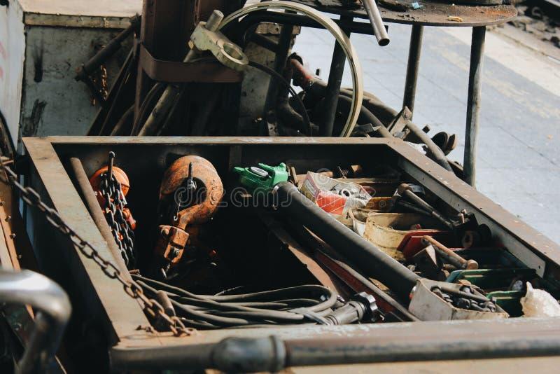 Molti strumenti sul pavimento sporco, hanno messo lo strumento dell'artigiano, strumenti meccanici fotografia stock