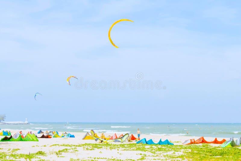 Molti surfisti dell'aquilone da molti paesi giocano la spuma dell'aquilone al bea tailandese immagini stock libere da diritti